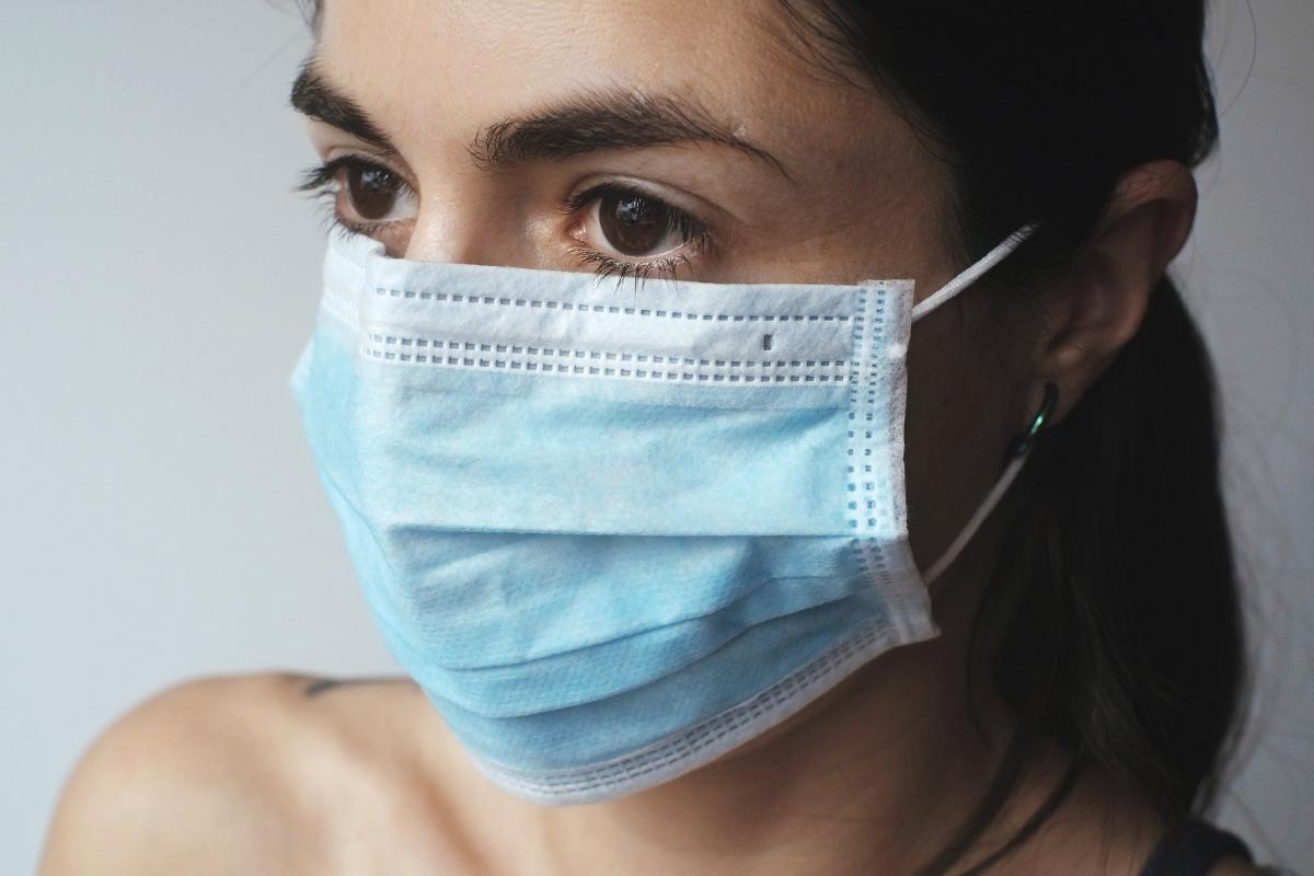 Imagen de archivo de una mujer con mascarilla. / Pixabay